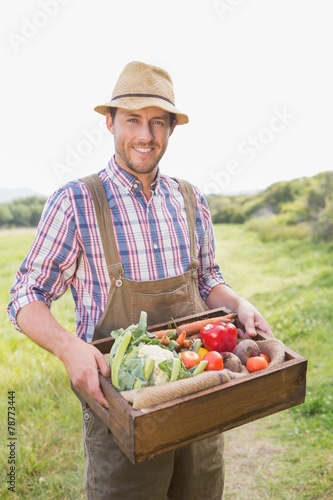 Keuken foto achterwand Boodschappen Happy farmer carrying box of veg