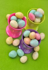 petits œufs colorés dans coquetiers