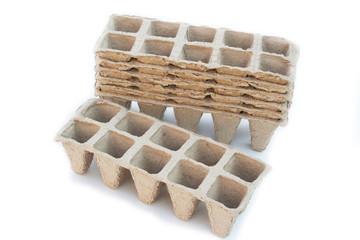 vasetti biodegradabili per sementi_ sfondo bianco