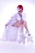 Braut im Brautkleid zeigt Beine