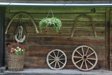 Blumen und Holzspeichenräder