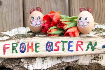 Frohe Ostern mit Osterei und Tulpen