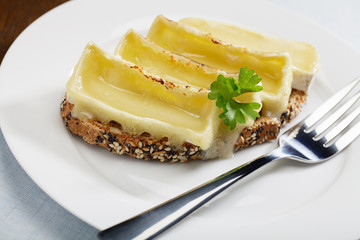Gratinierter Camembert auf Brot