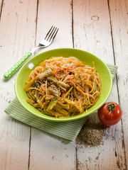 spaghetti with tomatoes green pepper and sesame seeds