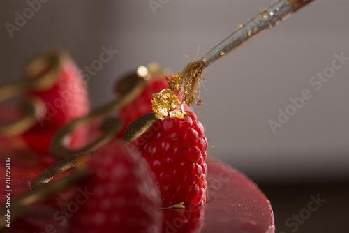 Himbeer-Mohn-Amaretto-Mousse Torte - 78795087