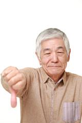 ブーイングをする高齢者