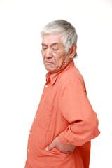 腰が痛む高齢者