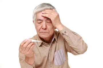 熱を計る高齢者