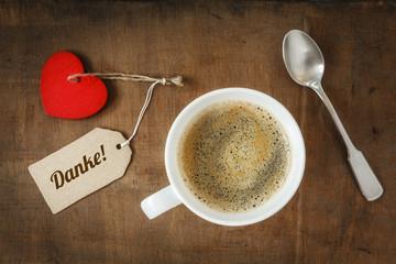 Kaffeetasse und Herz auf Holzuntergrund, Valentinstag, Muttertag