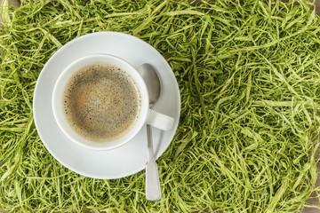 Ostern, Kaffeetasse auf Kunstrasen