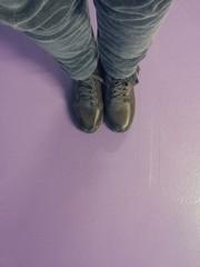 Piedi su pavimento in resina di colore viola