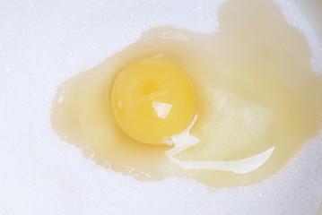 Разбитое яйцо на сахаре