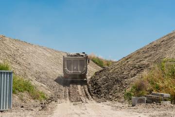 Camion con carico di terra