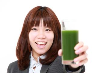 青汁で健康なビジネスウーマン