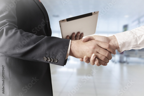 Erfolg im Business Handshake - 78819447