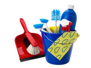 Putzeimer mit Reinigungsmitteln, Bürsten und Handbesen