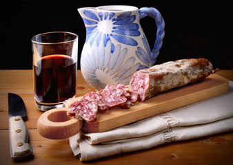 Salami slices and red wine