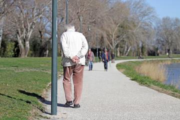 Homme âgé solitaire