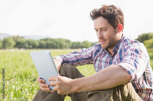 Keuken foto achterwand Boodschappen Young man using tablet in the countryside