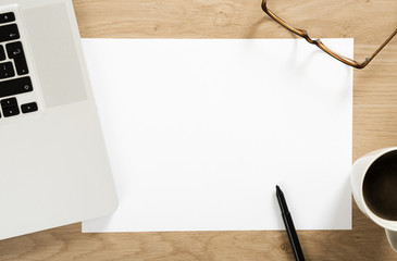 empty white note paper on the office desk