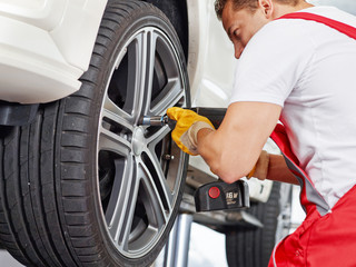 To fit a summer tyre with impact screwdriver