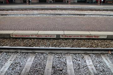 Überschreiten der Bahngleise verboten