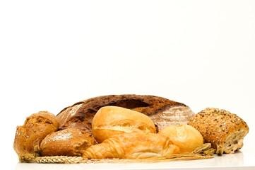 Backwaren - Brot, Brötchen und Getreide freigestellt, seitlich