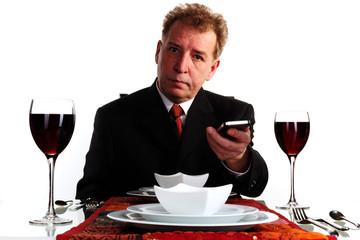 Geschäftsmann ein Handy weiterreichend