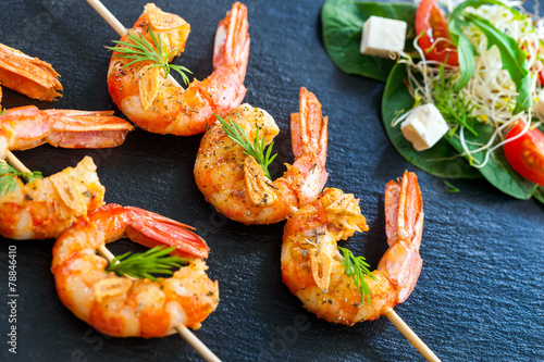 Fotobehang Schaaldieren Grilled Shrimp skewers.