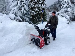 Hausmeister mit Schneefräse