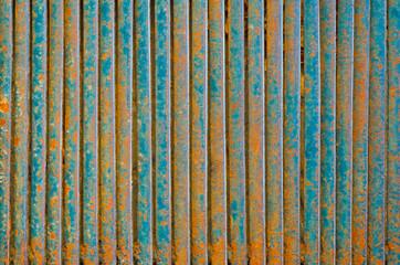Металлическая решетка из ржавых пластин