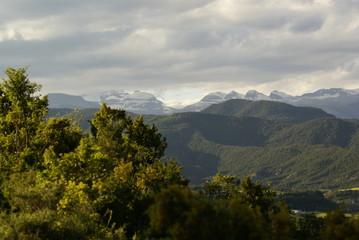 Montaña en el Pirineo, día soleado, cielo azul y nubes, árboles