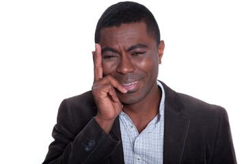 Junger afrikanischer Mann ist deprimiert und weint