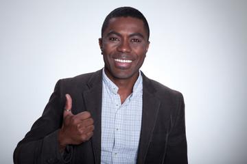 Afroamerikanischer Geschäftsmann zeigt Daumen hoch