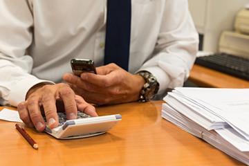 Hombre de negocios usando la calculadora.
