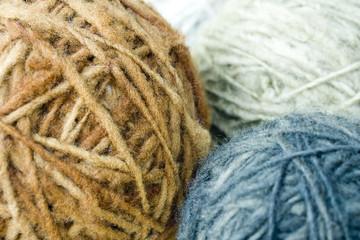 tres madejas de lana de colores