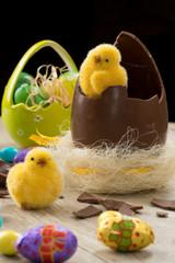 Uovo pasquale di cioccolato con pulcini ambientato