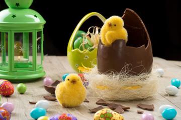 Uovo pasquale di cioccolato rotto con pulcini ambientato