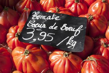 フランス マルシェ イメージ  フランスのトマト Coeur de boeuf (通称 牛の心臓)クローズアップ
