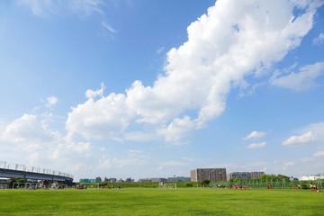 青い空と緑 芝生のグランドイメージ