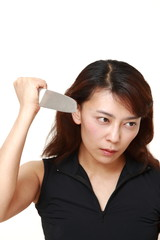 刃物を振りかざす女性
