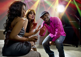 confident man flirting with women to get a phone number