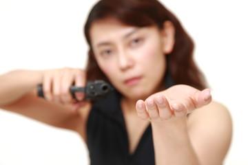 銃を突き付けて要求する女性
