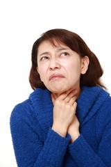 喉がイガイガする女性