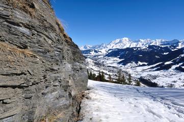 sentier enneigée avec vue  sur le massif du Mont Blanc