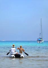 couple sur l'eau en pneumatique