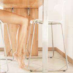 gambe sotto al tavolo