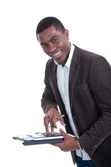 Afroamerikanischer Geschäftsmann kalkuliert mit Rechner
