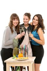 Freundinnen trinken Sekt zusammen