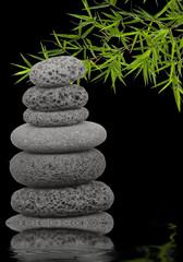 bambou et pyramide de galets